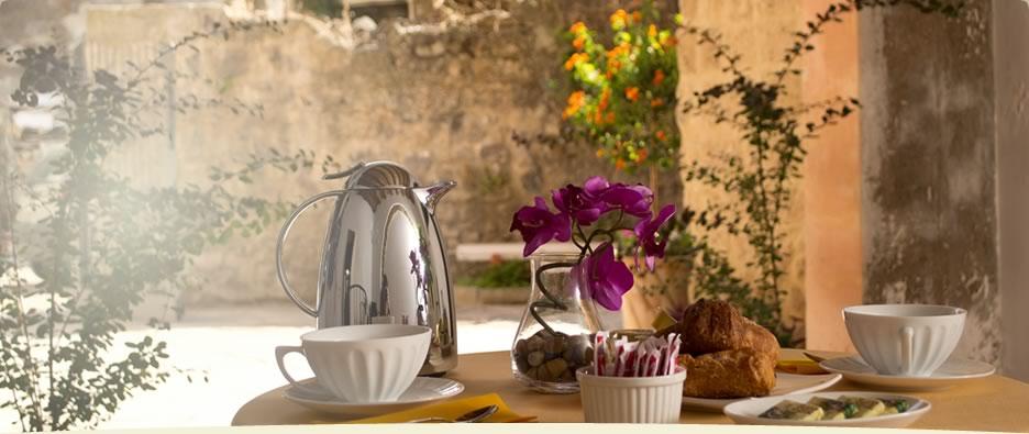 Al risveglio, la colazione è servita nel piccolo e curato cortile del bed and breakfast di Marigliano